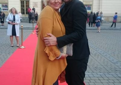 Czerwony dywan m.in dla Bardzo Kulturalnej Wycieczki i sopranistki Jolanty Wagner, która idzie posłuchać koleżanki po fachu