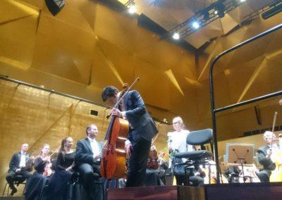 Wiolonczelista Ishizaka po fantastyczjym wykonaniu poruszającego koncertu Prokofiewa