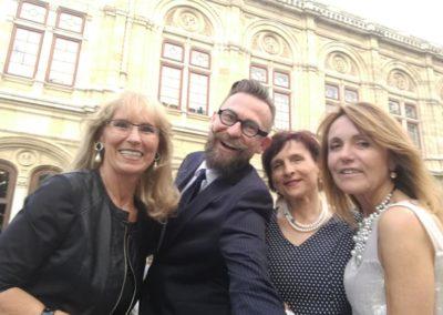 Przed spektaklem i przed Operą Wiedeńską